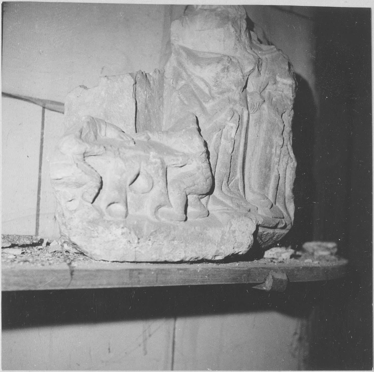 bas-relief (fragment) : soldats romains jouant aux dés la robe du Christ