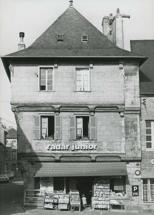 Ancien hôtel Poulain, actuellement office de tourisme: Façade sur la place, vue générale
