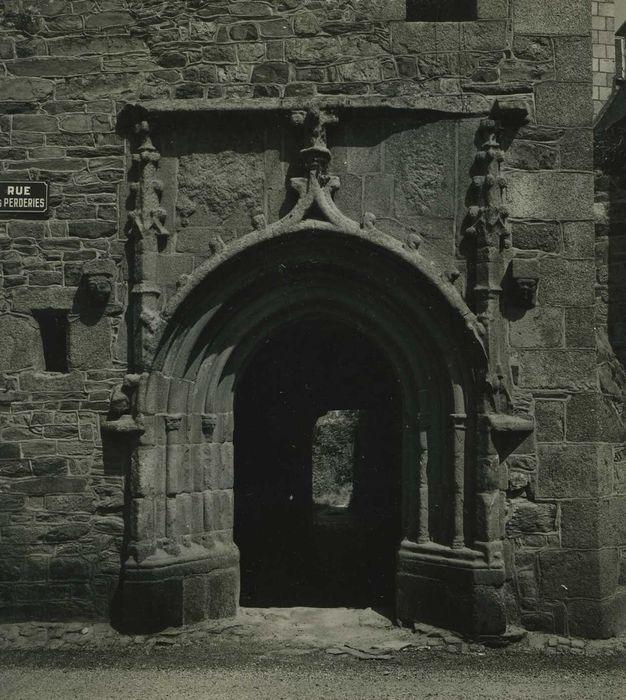 Hôtel de la Tour; Porche sur rue, vue générale