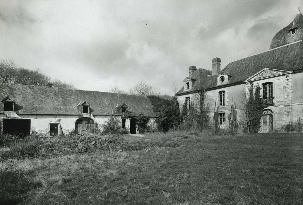 Château du Bois-Glaume: Communs, façade est, vue générale