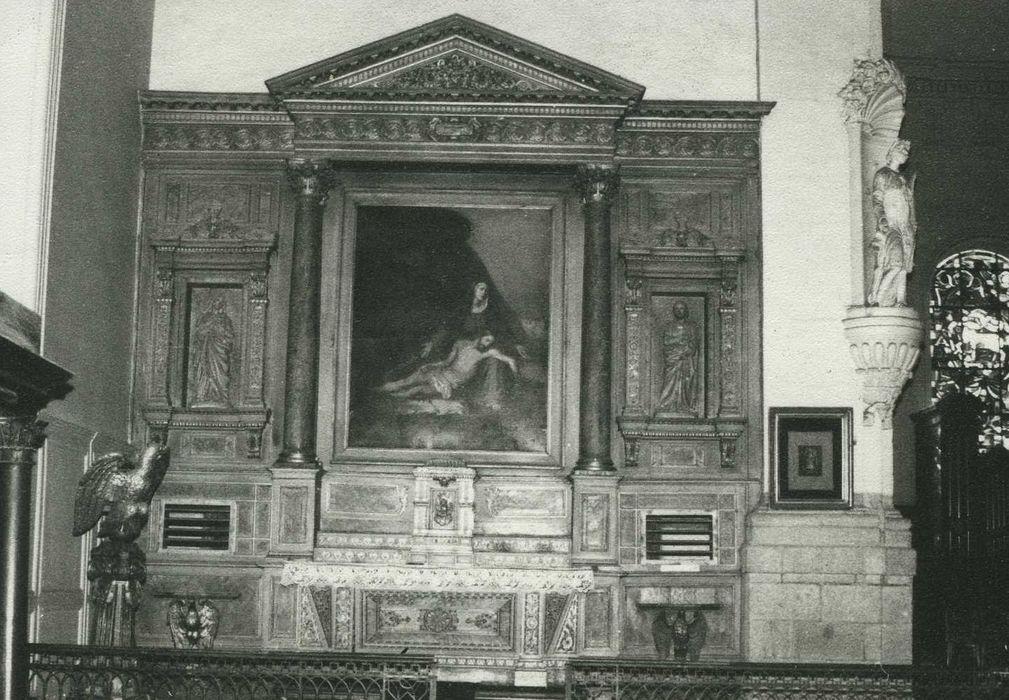 autel et retable de gauche avec ses deux statues : Sainte Anne et Saint Joseph et son tableau : Vierge de Pitié