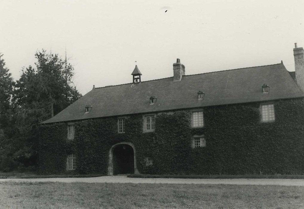 Château du Verger au Coq: Communs, façade ouest, vue générale