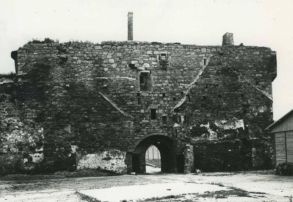 Porte-prison (anciennement porte de Broérech): Elévation ouest, vue générale