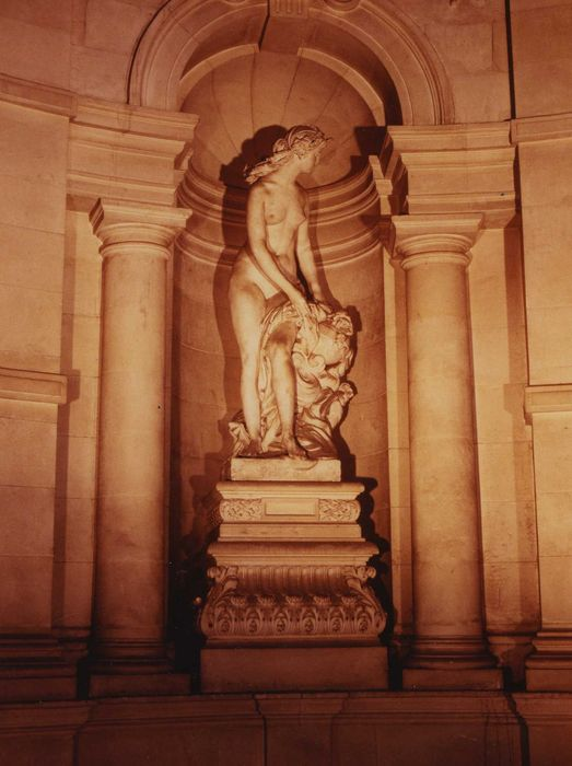 statue: Canéphore