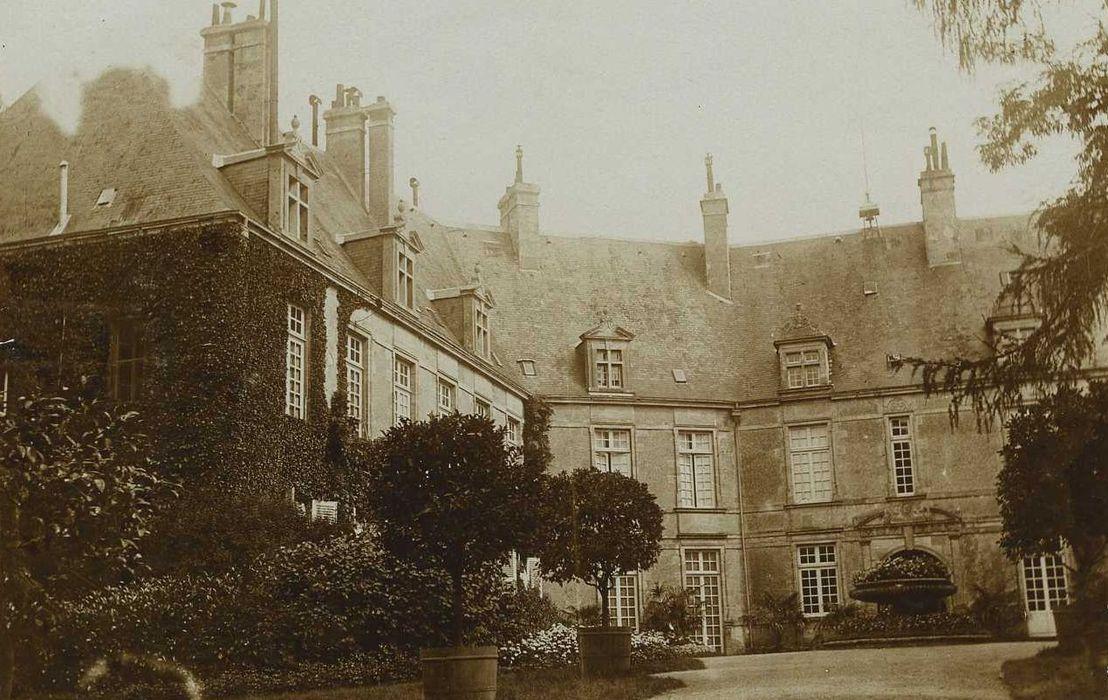 Château: Cour intérieure, aile est et sud, façades ouest et nord, vue partielle