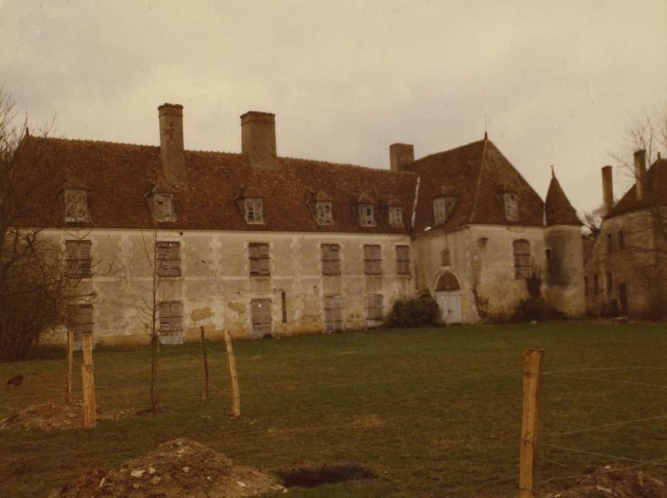 Château de Bigny: Façade ouest de l'aile nord en retour d'équerre, vue générale