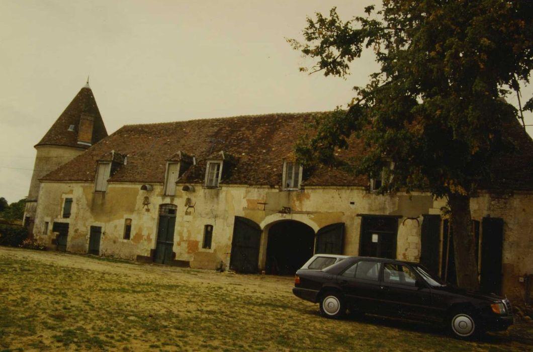 Château d'Oursières: Communs, façade sud-est sur cour, vue générale