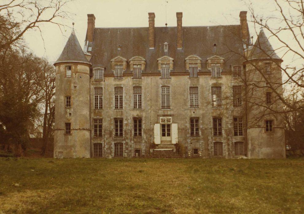 Château de Levesville: Façade nord-ouest, vue générale