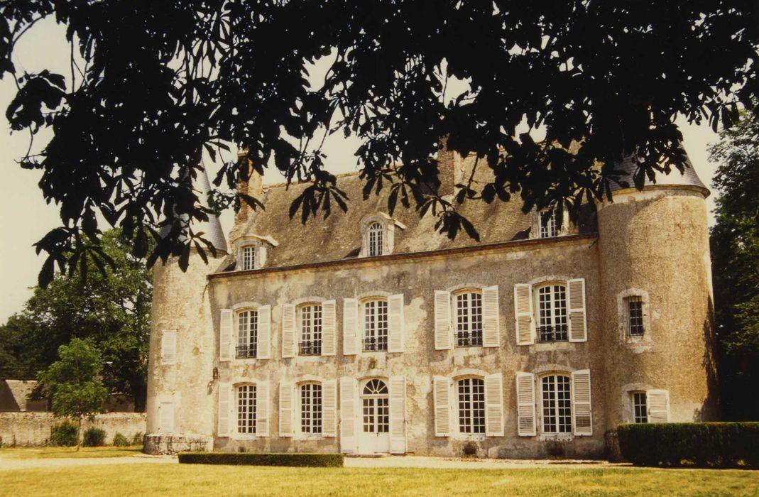 Château de Villebeton: Façade ouest, vue générale