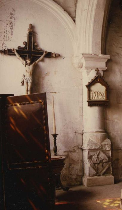 Statue : Christ en croix sur sa croix de mission et son inscription