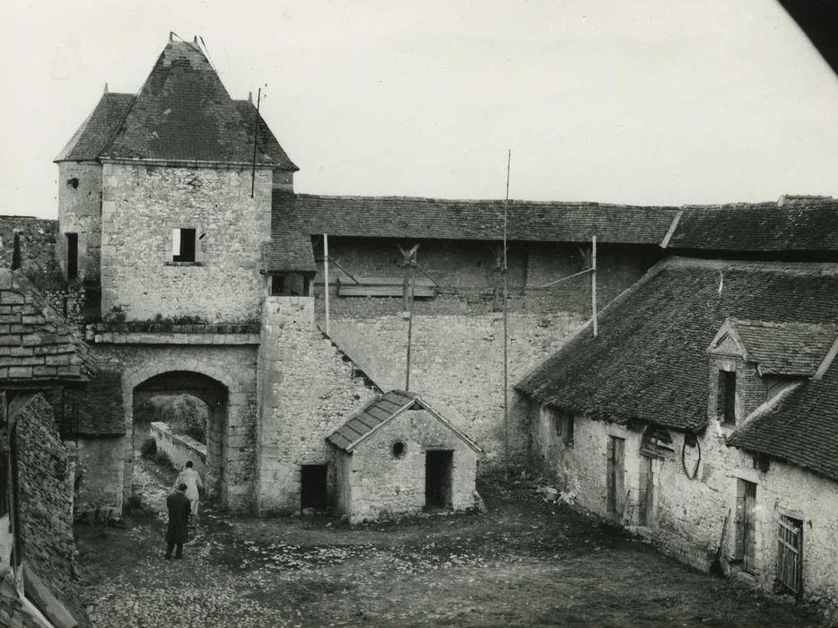 Château d'Assay: Cour intérieure, façade sud-ouest, vue générale