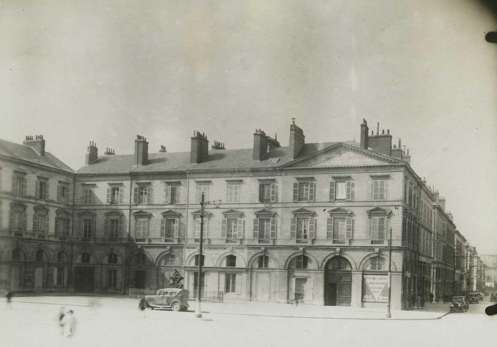 Maisons: Vue générale des façades sur la place