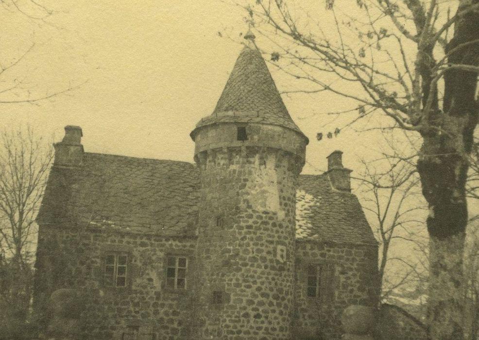 Château de Combes: Façade sud-est, vue partielle