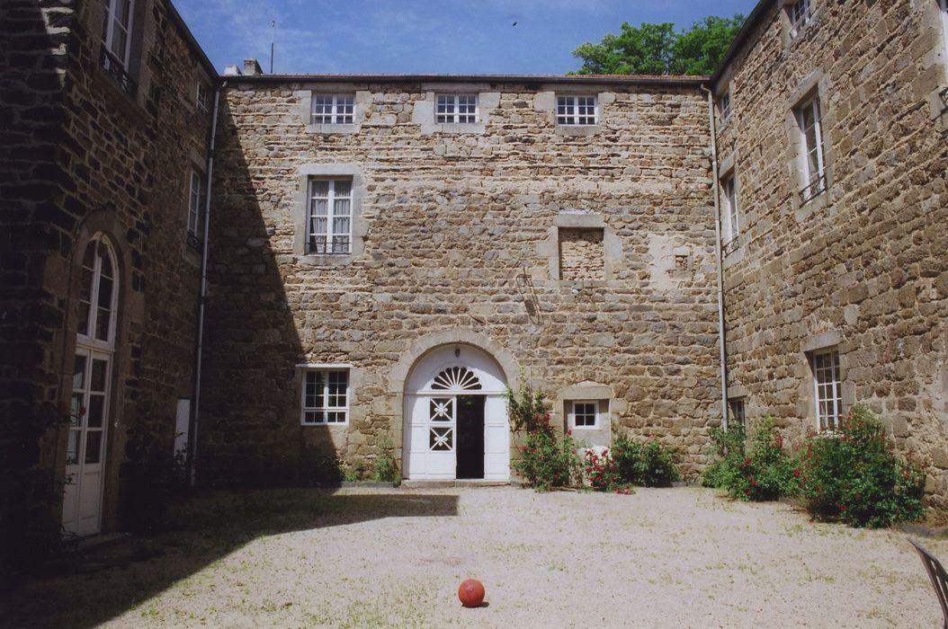 Château de la Tour-Maubourg: Cour intérieure, façade est de l'aile ouest, vue générale