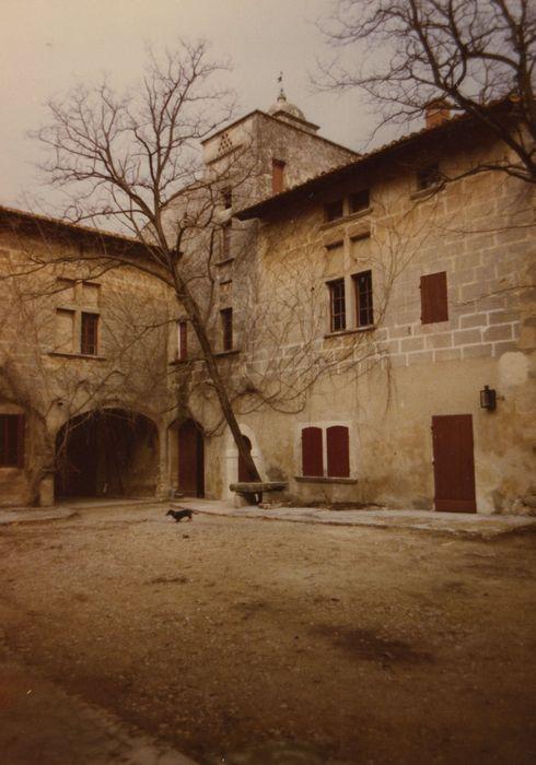 Grand Mas: Cour intérieure, ailes nord et ouest, façades sud et est, vue partielle