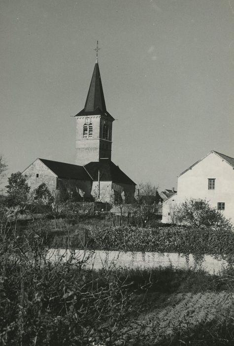 Eglise paroissiale: Vue partielle de l'église dans son environnement, depuis le Sud-Ouest