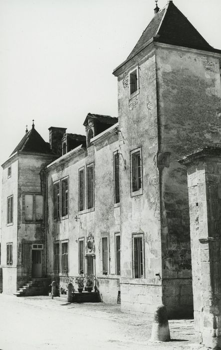Château: Façade sud sur cour, vue générale