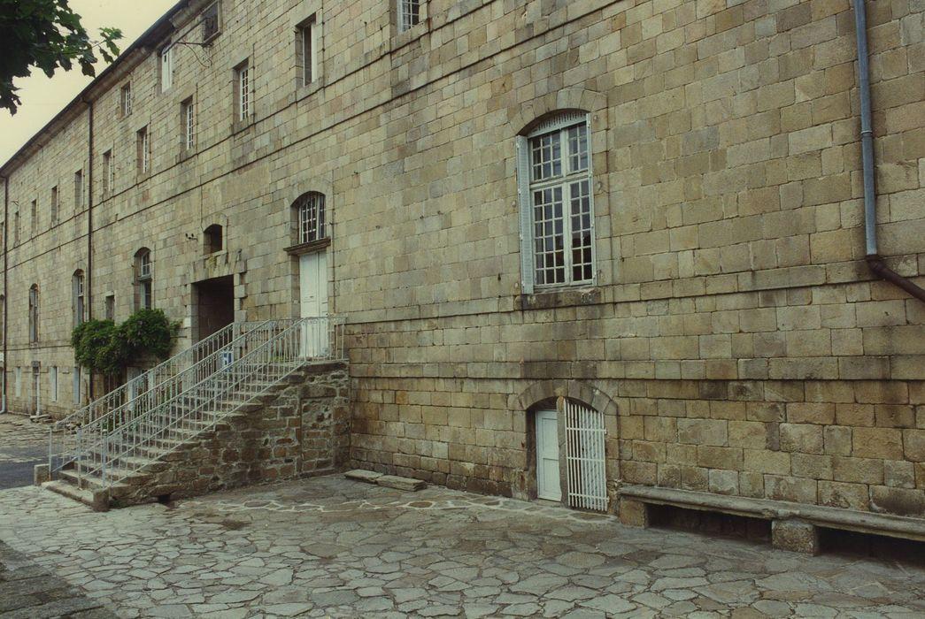 Ancienne abbaye de la Chaise-Dieu: Aile nord des bâtiments conventuels, façade sud sur la place de l'Echo, vue partielle