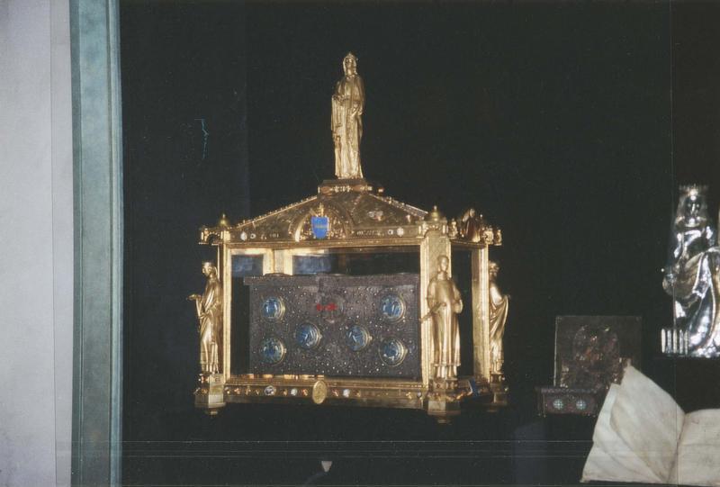 châsse du coffre de l'abbé Boniface, portant aux quatre angles les statuettes de l'abbé Etienne, saint Dulcide, l'abbé Odofric et Marge Bourret, au sommet une statuette de sainte-Foy