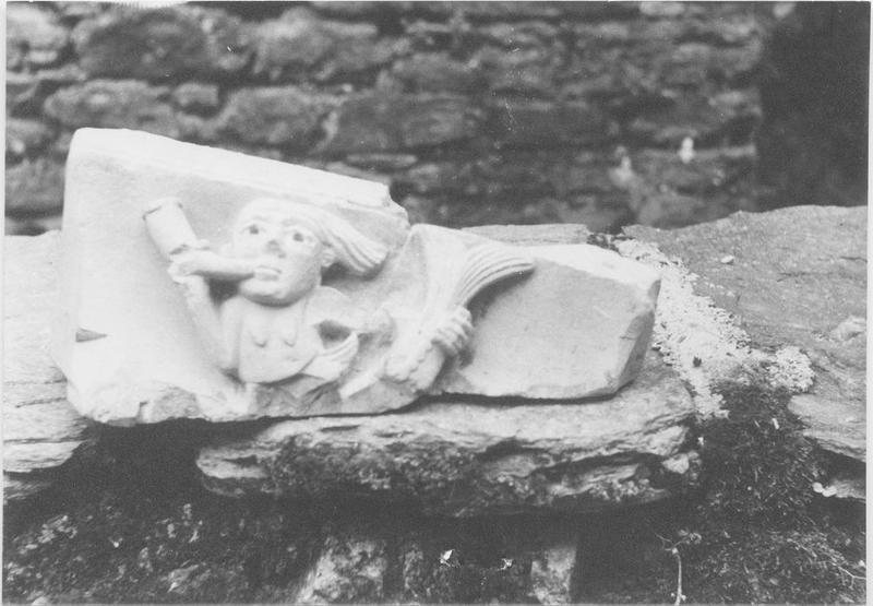 Bas-relief: sirène (fragment de tailloir du cloître), vue générale