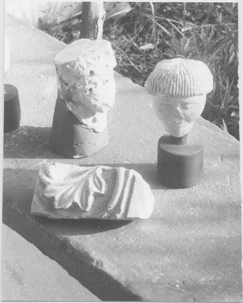 Statues (statuettes): têtes (fragments d'un des chapiteaux du cloître), bas-relief (fragment), vue générale