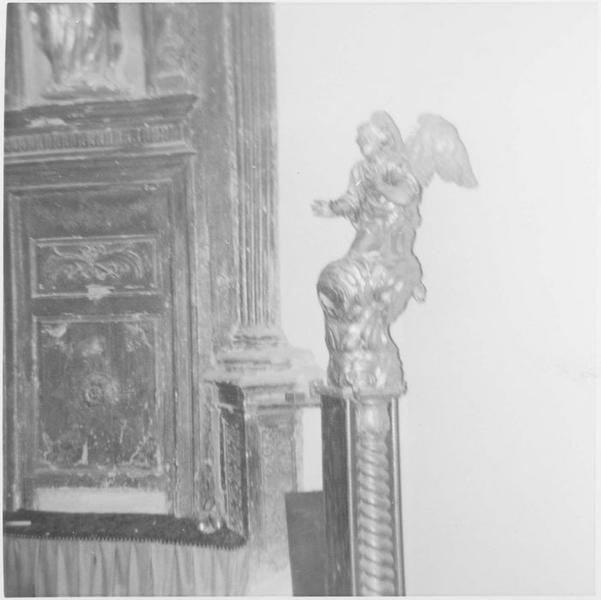 Statue: ange adorateur, vue générale