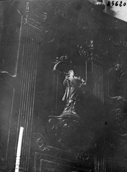 Lambris de revêtement, statues