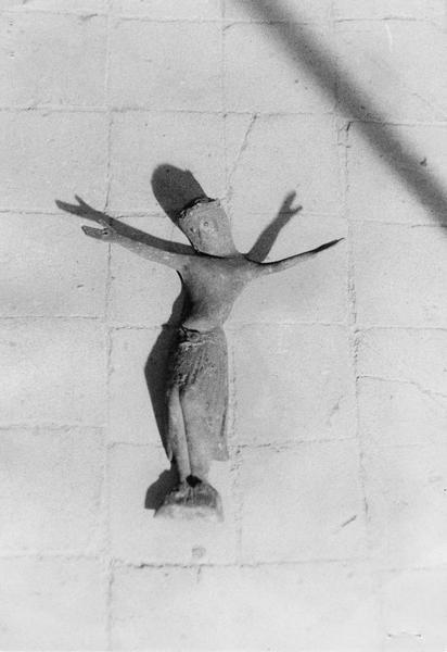 statue : Christ en croix (crucifix)