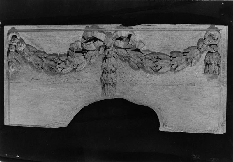 élément de boiesrie : guirlande maintenue par deux anneaux ornés d'un noeud