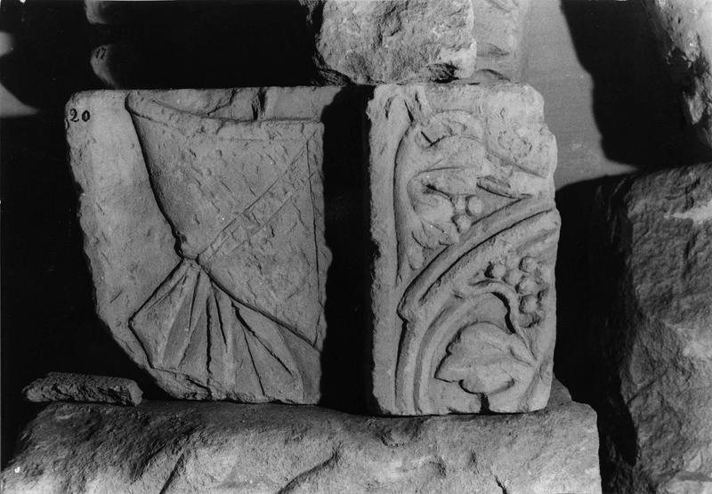 fragment de claveau en deux éléments (Inv. n°20), décor d'enroulements de vigne (n°11)
