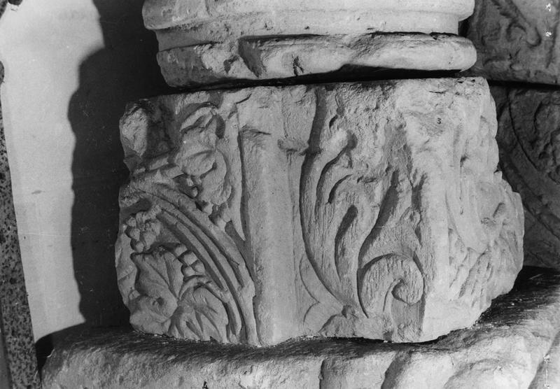 fragment de chambranle d'une porte : décor végétal (face interne) et coroles juxtaposées (pilastres externes)