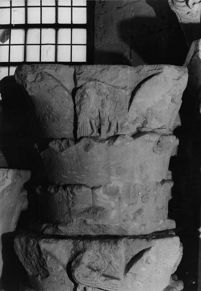 chapiteau à deux rangs de feuillages et deux oiseaux affrontés provenant d'une pile du transept roman