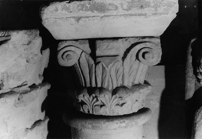 chapiteau entier orné de crochets dans les angles et de deux rangs de feuillages (provenant d'une pile du transept roman)