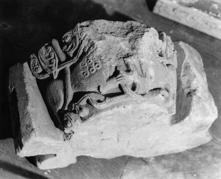fragment de chapiteau d'angle orné de deux lions affrontés (inv. 76)