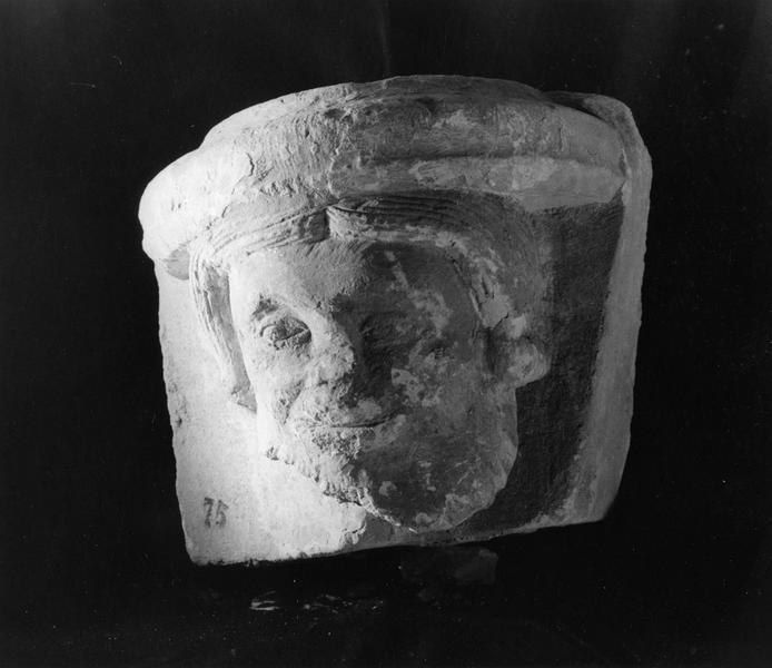 console : tête d'homme, coiffure constituée par une base de colonne