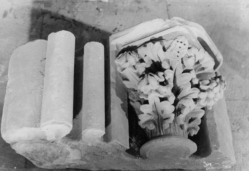 chapiteau à feuilles d'acanthe et deux fûts de colonnettes