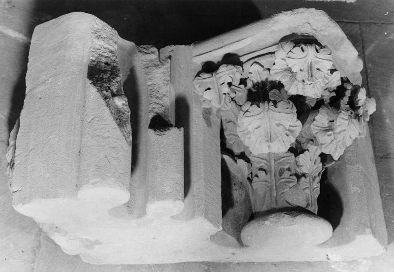 chapiteau à feuilles de choux et deux fûts de colonnettes sectionnées