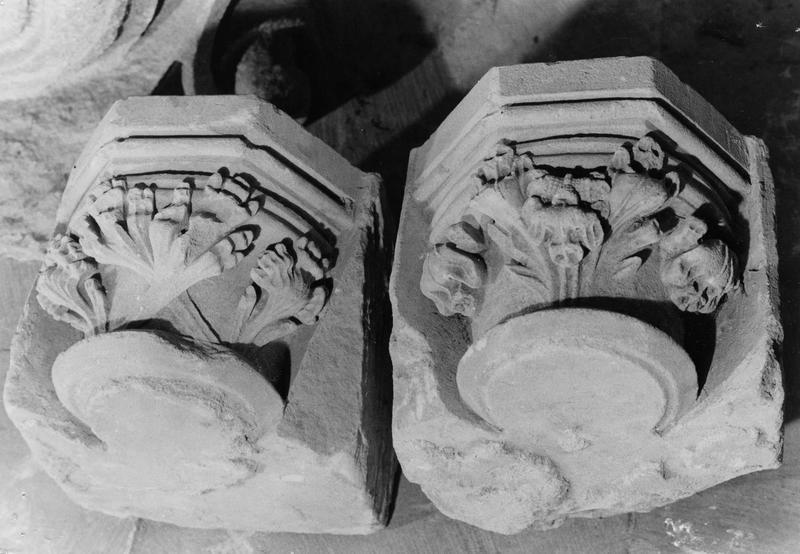 deux chapiteaux à feuillages stylisés