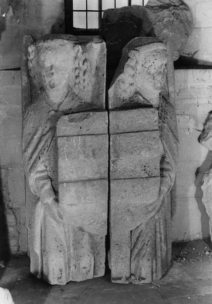 2 statues : paire d'anges portant les armoiries des d'Harcourt