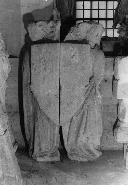 fragment de sculpture : deux anges revêtus d'une chape tenant un écusson (provenant de la tour centrale)