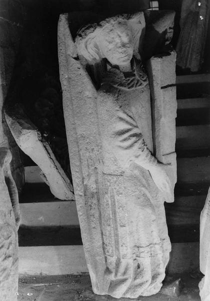 fragment de sculpture : un ange revêtu d'une aube et d'une dalmatique tenant un écusson aux armes des d'Harcourt (provenant de la tour centrale)