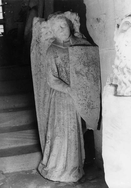 statue (élément d'une paire) : ange portant un demi écu