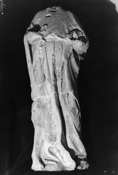 statue mutilée : Marie ou Madeleine