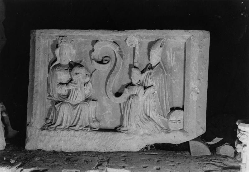 relief provenant de la chapelle Saint Gerbold : Vierge à l'enfant avec un donateur et saint Gerbold