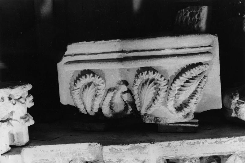 chapiteau mutilé orné de feuilles stylisées disposées tête-bêche