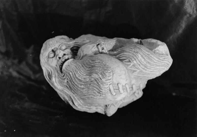 fragment de sculpture : personnage grostesque barbu