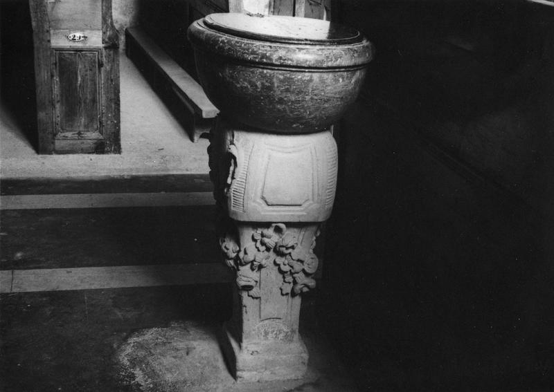 Bénitier, fonts baptismaux, bénitier de milieu