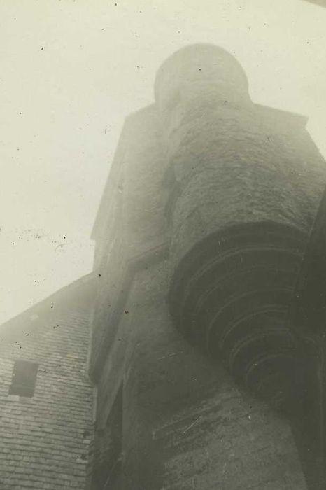 vue partielle de la tour d'escalier