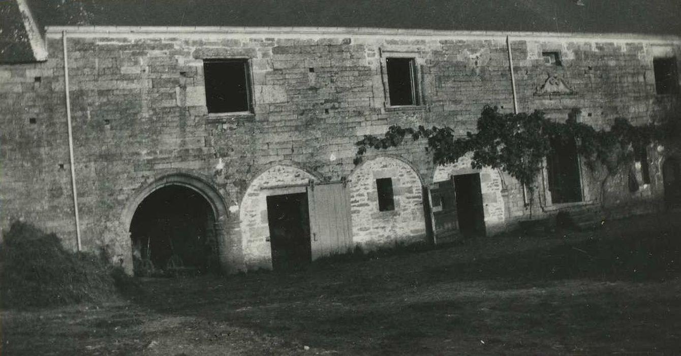 Manoir de Kerbiguet: Communs, façade ouest, vue partielle