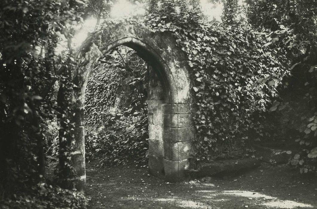 Chapelle Saint-Guen: portail ruiné, vue générale